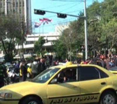 Taxistas no tienen permiso de bloquear calles
