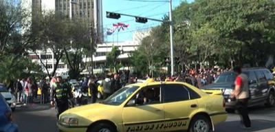 Taxistas dicen tener permiso municipal para bloquear avenida