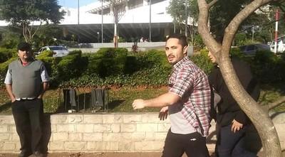"""Taxistas arremeten contra ciudadano que pide paso: """"Bandido, maricón, payaso"""""""