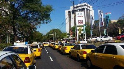 Taxistas se movilizan en Asunción y cierran calles en reclamo contra UBER y MUV