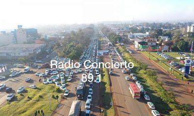 Taxistas actúan como amos de la ciudad y entorpecen en tránsito a favor del monopolio