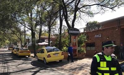 HOY / Protesta de taxistas afectó a negocios: un local anunció que dejará de usar sus servicios