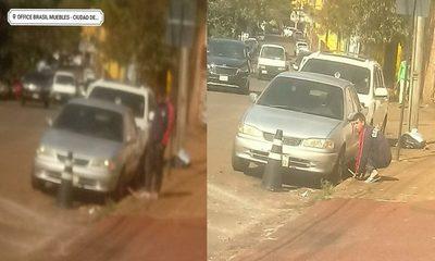 Cuidacoches copan calles del microcentro de CDE y hasta desinflan ruedas de vehículos