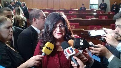 Tras rabona y más de una hora de retraso, nueva ministra de Corte juró