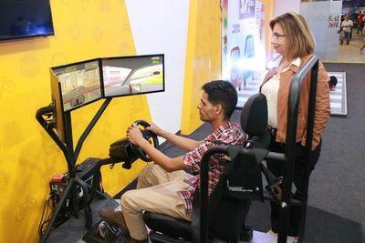 Simulador de conducción de autos y camiones pesados causa furor en la Expo