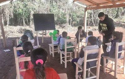 Niños indígenas dan clases bajo un precario rancho y expuestos al frío