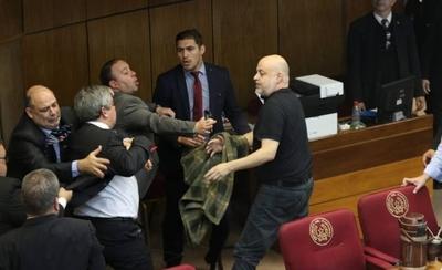 """HOY / """"Lastimosamente no respeta la  ley"""": Riera tras provocación de  Cubas que desató incidente"""