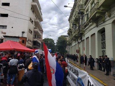 Manifestación de trabajadores de Clínicas se traslada frente a Hacienda