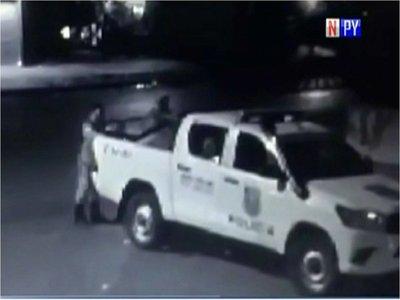 Policías son detenidos por apropiarse de televisor robado