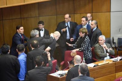 Piden sanción de 60 días sin goce de sueldo a senadores por incidentes