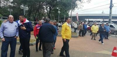 HOY / Morales dice que recaudación de taxistas cayó al 50 %
