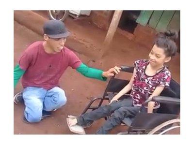 Luisito donó una silla de ruedas a una niña