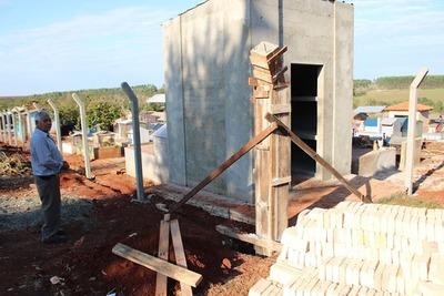 Tras años de descuido, construyen cercado en cementerio de Franco