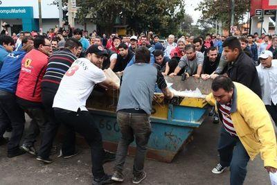 Taxistas cierran Mcal. López con contenedor de basuras