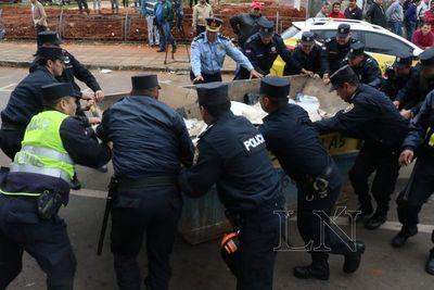 Policías retiran contenedor y despejan Mariscal López