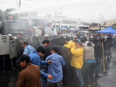 Bloqueo de los taxistas se tornó  violento, dejó heridos y    detenidos