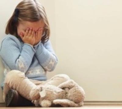 Abusó de sus hijastras en complicidad con la madre