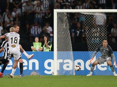 Mineiro vence a domicilio y pone un pie en cuartos de final