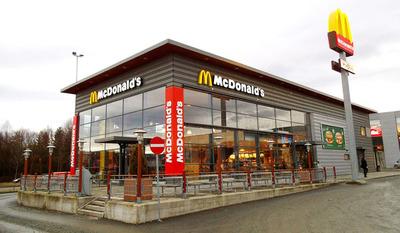 Mujer entra a los tiros a la cocina de un McDonalds después de quejarse que sus papas estaban frías