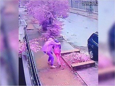 Adolescente sufre violento asalto camino al colegio