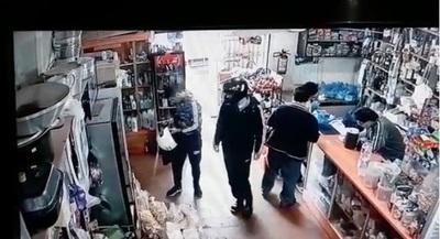 Motochorros asaltan despensa en Franco y policía dice no tener combustible