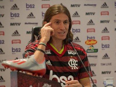 Simpático momento en la presentación de Felipe Luis en Flamengo