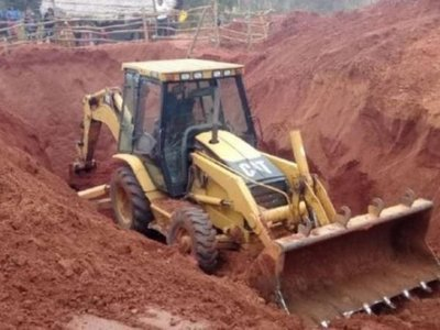 Bomberos intentan rescatar cadáver del buscador de oro