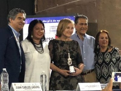 "Berta Rojas recibe el premio ""La Guitarra de Plata"" en México"