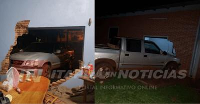 CAMIONETA IMPACTÓ CONTRA COMISARÍA DE ITAPÚA POTY