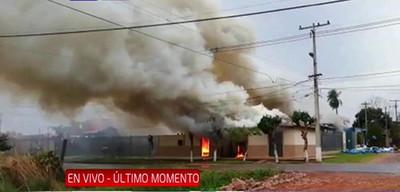 Incendio consume por completo embotelladora de agua mineral