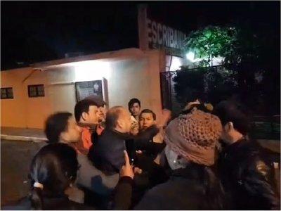 Senador Óscar Salomón, a los golpes con manifestantes que escracharon a su hijo, Felipe Salomón
