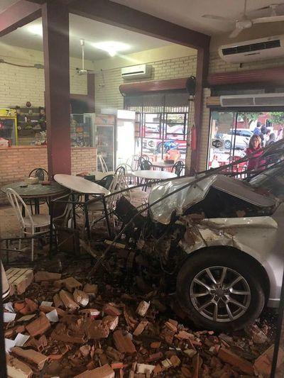 Aparatoso choque contra local de comidas rápidas en Ypacaraí