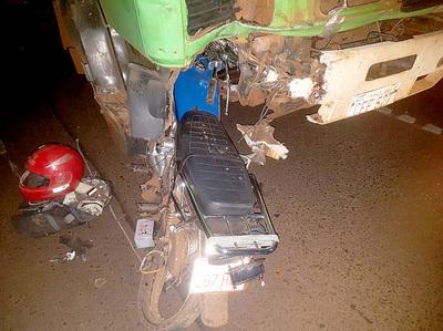 Motociclista muere en frontal colisión contra un camión de gran porte