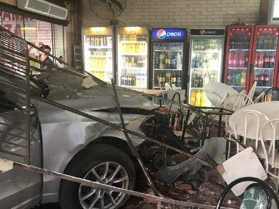 Violento choque contra un local comercial en Ypacaraí