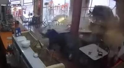 Cliente de copetín se salva de ser atropellado en local