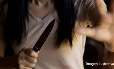 Con puñal en mano, mujer asalta local comercial