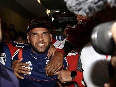 Una multitud en fiesta recibe a Dani Alves en Sao Paulo