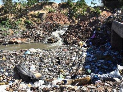 Hedionda descarga cloacal cae sin pausa al arroyo Mburicá