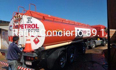Roban más de 20 mil litros de combustible y luego abandonan camión cisterna