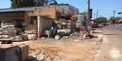 Vecinos están cansados de ferretería que usa vereda como depósito en Presidente Franco
