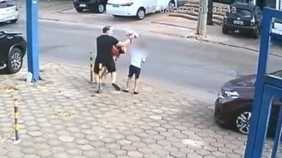 Padre e hijos son arrollados por delincuentes en su huida