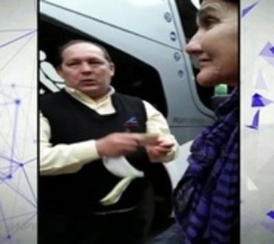 Guarda impide abordar un bus a una abuela invidente