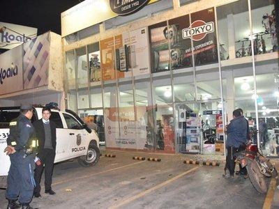 Barrabravas roban televisores y celulares en tienda de Luque