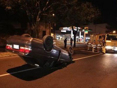 Auto volcó tras desperfecto mecánico