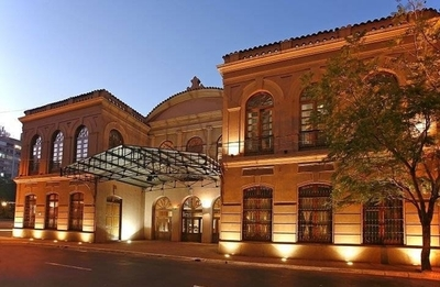HOY / Teatro Municipal evacuado: se denunció fuga de gas, hubo descompensados y bomberos no encontraron nada tóxico