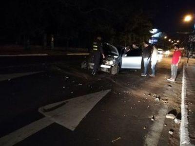 Conductor de Uber perdió el control y chocó contra una columna