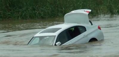 Arrojó su BMW que le regalaron sus padres al río por que él quería un Jaguar