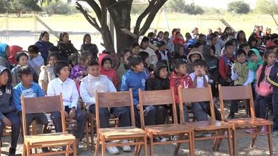 Estudiantes indígenas realizan trabajos para conservar idioma nivaclé