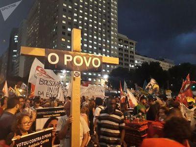 Miles protestan en decenas de ciudades brasileñas contra recortes en educación