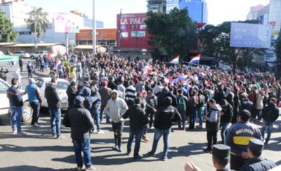 HOY / Tensión en CDE: manifestantes pro juicio político obligan a cerrar locales